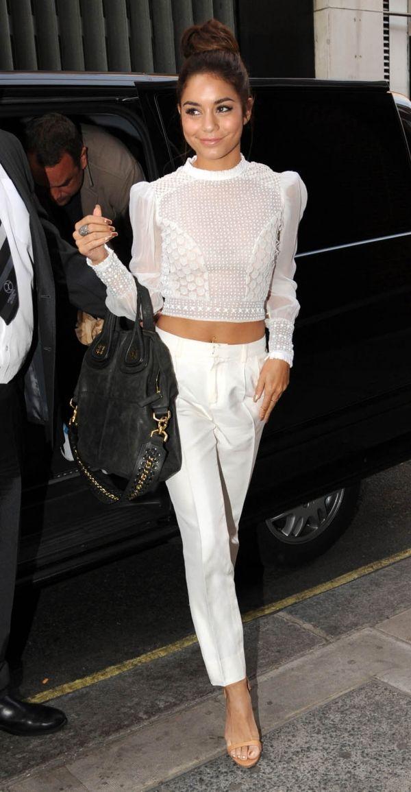 Biała krótka bluzka i eleganckie białe spodnie to połączenie idealne na randkę lub wytworny obiad (źródło: pinterest.com)