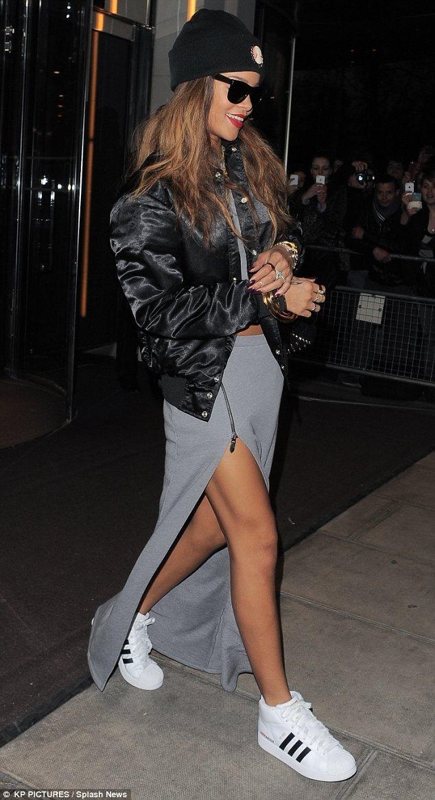 Perfekcyjny casual look - sportowa spódnica z głębokim rozcięciem i trampki (źródło: pinterest.com)
