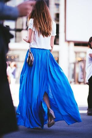 Długa chabrowa spódnica w połączeniu z białym t-shirtem prezentuje się bardzo stylowo i elegancko (źródło: pinterest.com)