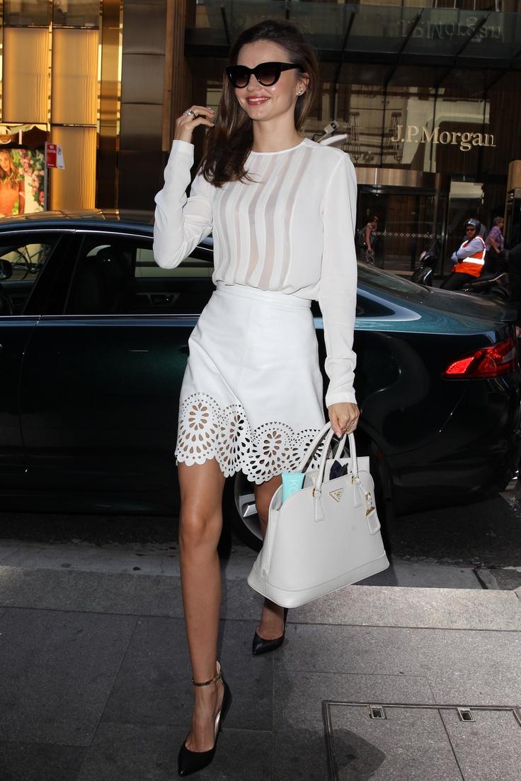 Miranda Kerr jest najlepszym przykładem na to, że biały total look przełamany czarnymi dodatkami wygląda bardzo elegancko (źródło: pinterest.com)