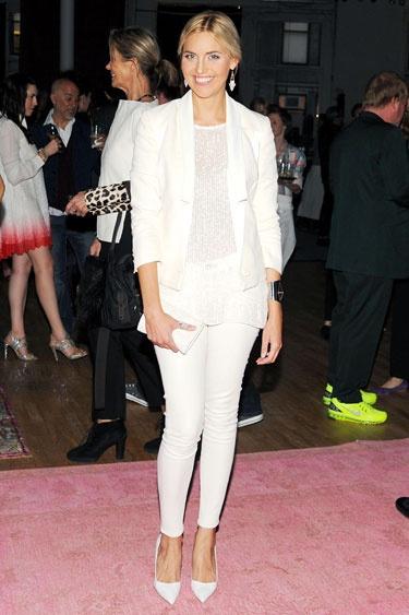 Klasyka idealna na codzienne wyjście - biały top, jeansy, marynarka i białe szpilki (źródło: pinterest.com)