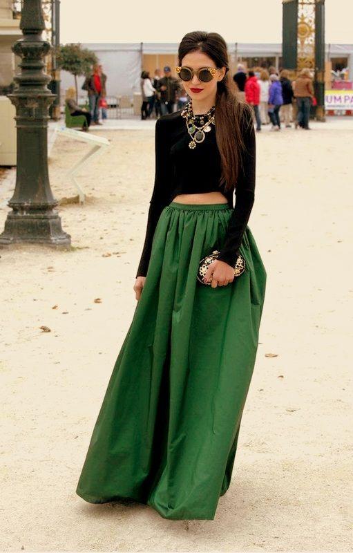 Długa spódnica zestawiona z krótkim topem to prawdziwy hit tego lata (źródło: pinterest.com)