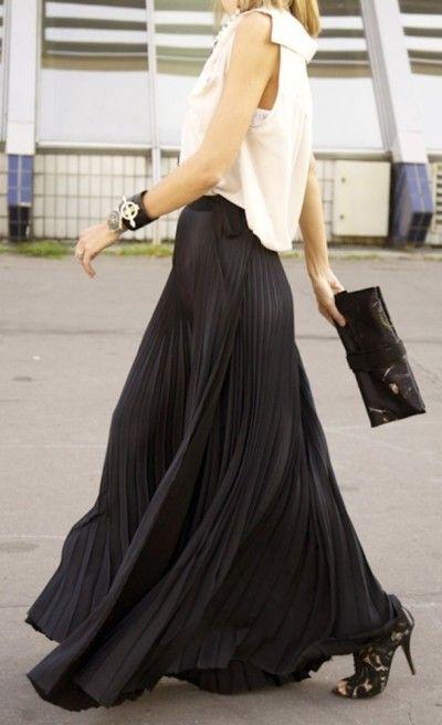 Plisowana czarna spódnica i biała bluzka to niezawodny przepis na elegancki look (źródło: pinterest.com)