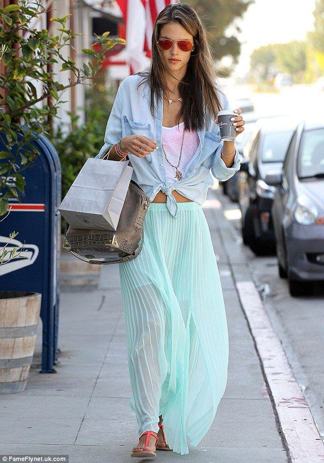 Przepis Alessandry Ambrosio na perfekcyjny look - długa spódnica w kolorze mięty i jeansowa koszula (źródło: pinterest.com)