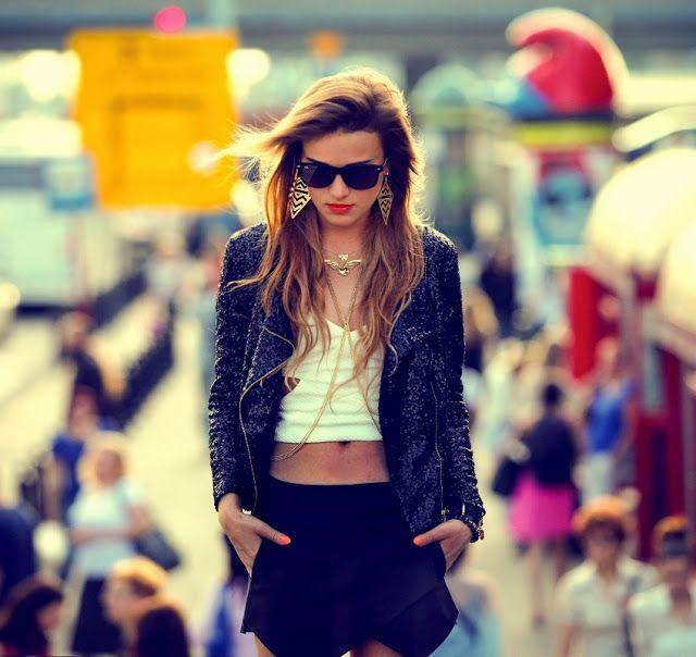 Perfekcyjna miejska stylizacja - krótki biały top, czarne krótkie szorty i casualowy żakiet (źródło: pinterest.com)
