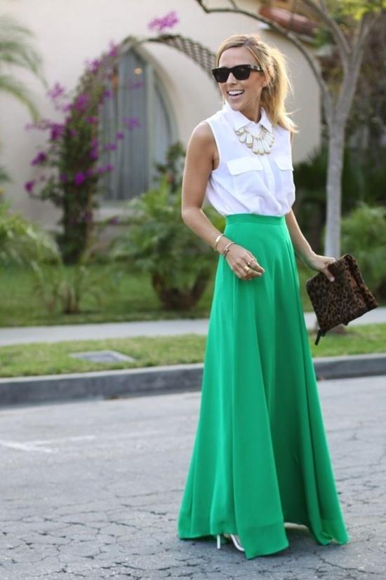 Długa zielona spódnica w kształcie litery A i bluzka bez rękawów w najmodniejszym kolorze sezonu to przepis na sukces tego lata (źródło: pinterest.com)