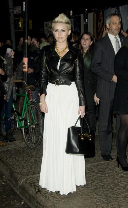 Miley Cyrus wie, co modne i wybiera długą spódnicą w kolorze czystej bieli (źródło: pinterest.com)
