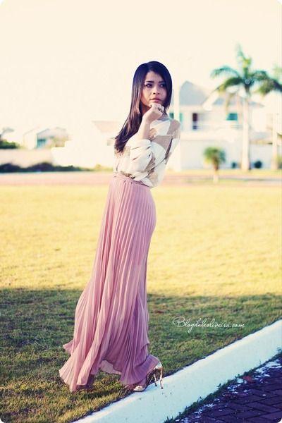 Długa plisowana spódnica w kolorze pudrowego różu to idealna propozycja dla niepoprawnych romantyczek (źródło: pinterest.com)