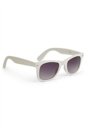 Idealny dodatek do letnich stylizacji - białe okulary przeciwsłoneczne (źródło: pinterest.com)