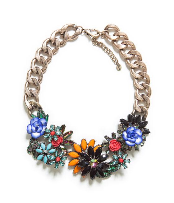 Naszyjnik ze zdobieniami w kształcie kwiatów ZARA (źródło: zara.com)