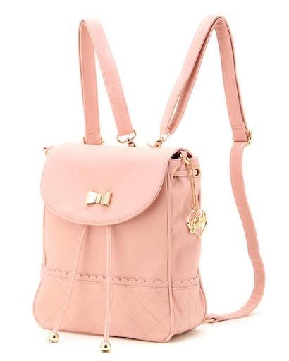 Pudrowo różowy plecak z ozdobną wstążeczką (źródło: pinterest.com)