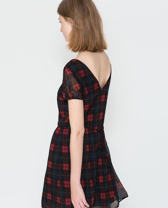 Sukienka w kratkę z guzikami na przodzie ZARA (źródło: zara.com)