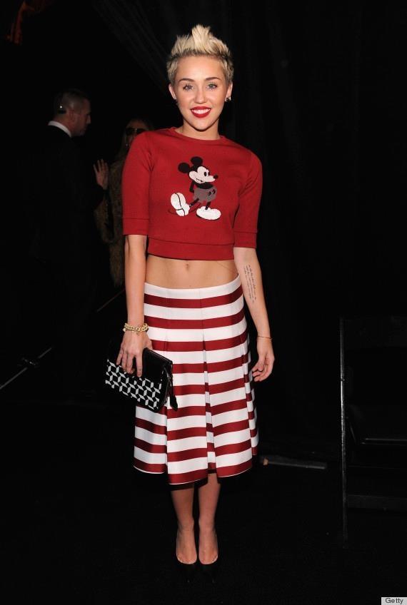 Miley Cyrus w krótkiej bluzie z Myszką Miki (źródło: pinterest.com)