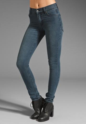 Wąskie dżinsy z kieszeniami na pupie (źródło: pinterest.com)