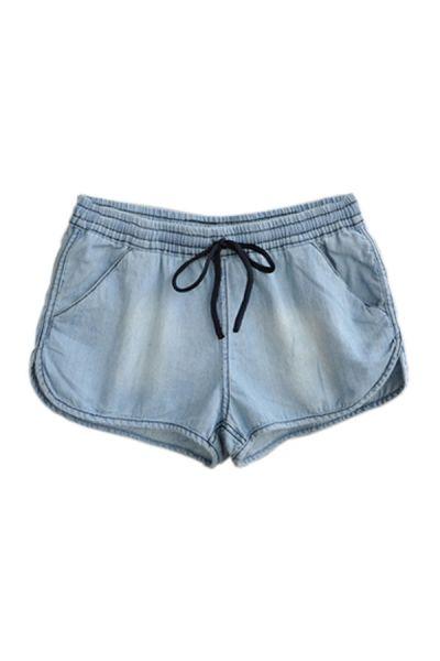 Sportowe szorty wykonane z materiału imitującego dżins (źródło: pinterest.com)