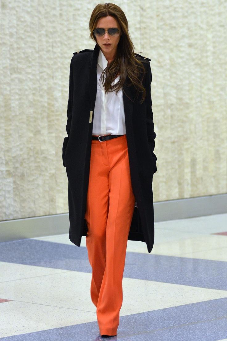 Jesienny look według Victorii Beckham - biała koszula, pomarańczowe spodnie i klasyczny płaszcz (źródło: pinterest.com)