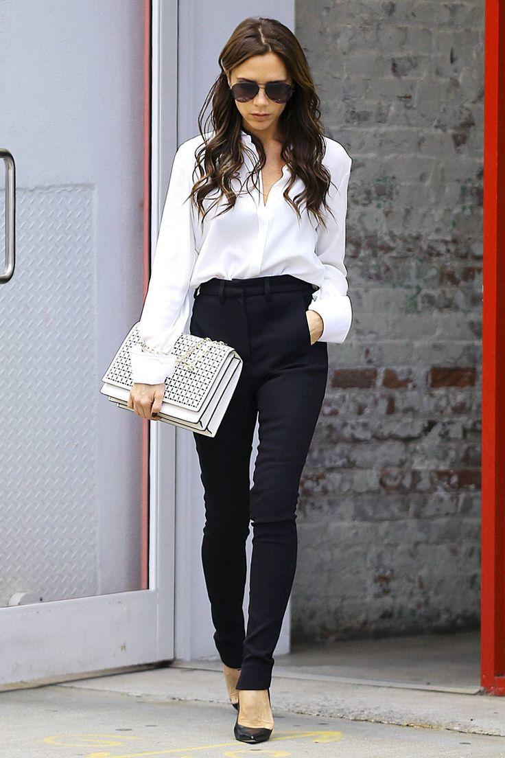 Stylowy look Victorii Beckham - biała koszula i czarne spodnie z podwyższonym stanem (źródło: pinterest.com)