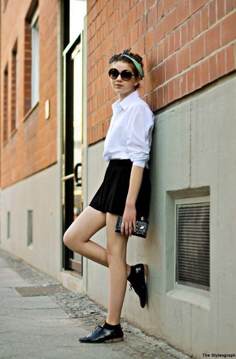 Przepis na sukces - biała koszula, czarna mini spódniczka i buty w męskim stylu (źródło: pinterest.com)