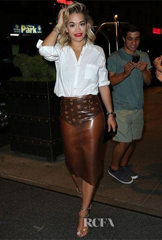 Rita Ora w wersji eleganckiej - biała koszula i przezroczysta ołówkowa spódnica (źródło: pinterest.com)