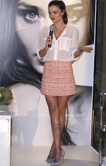 Miranda Kerr białą koszulę łączy z elegancką mini spódniczką (źródło: pinterest.com)
