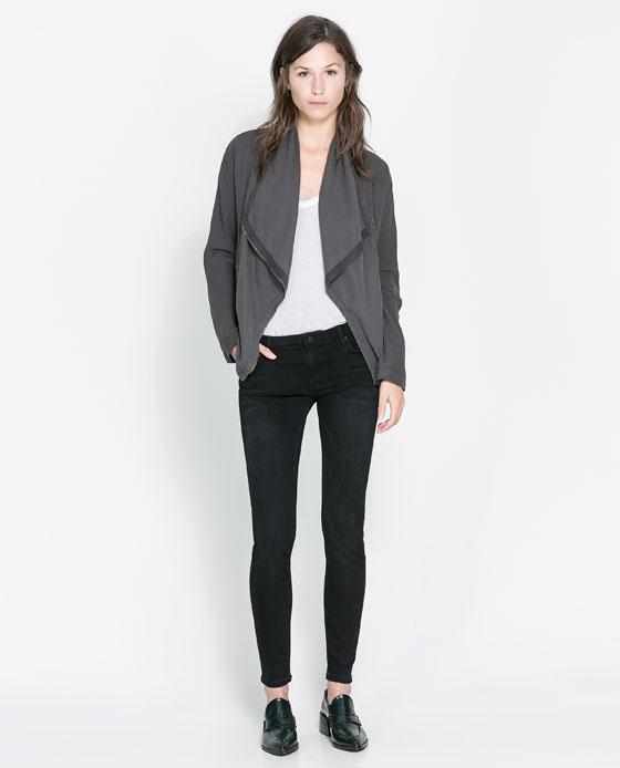 Czarne dżinsowe spodnie rurki ZARA (źródło: zara.com)