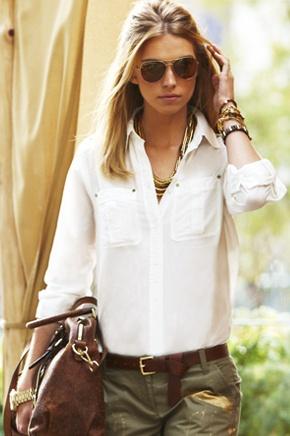 Biała koszula połączona ze spodniami bojówkami tworzy niezobowiązujący i luźny look (źródło: pinterest.com)