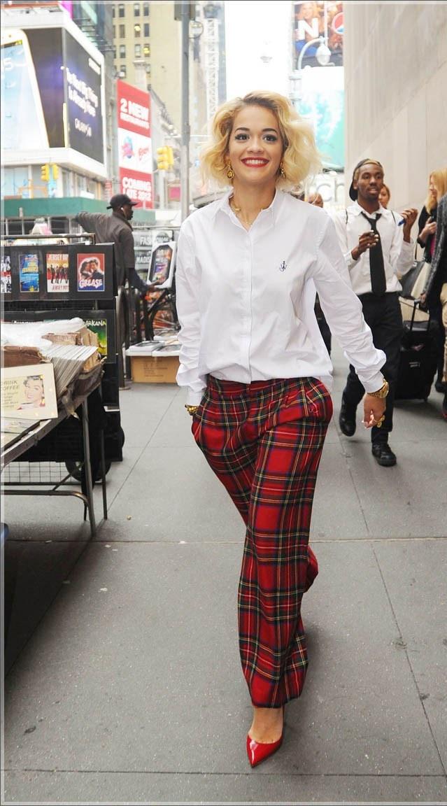 Rita Ora wie co modne - białą koszulę łączy ze spodniami w kratę (źródło: pinterest.com)