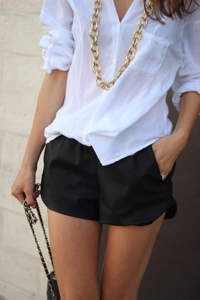 Nieśmiertelny look - biała koszula i czarne szorty (źródło: pinterest.com)