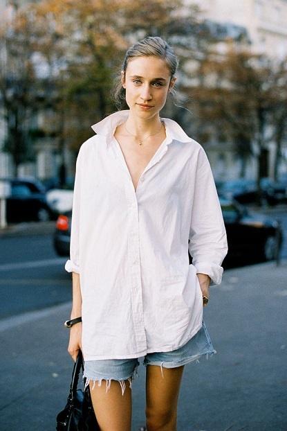 Miejski look - biała koszula i krótkie szorty (źródło: pinterest.com)