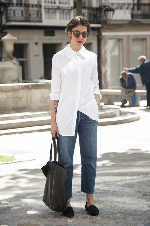 Biała koszula w miejskim wydaniu - z modnymi spodniami typu boyfriend (źródło: pinterest.com)