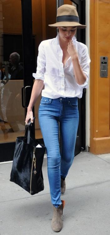 Przepis Mirandy Kerr na stylowy codzienny look - biała koszula, dżinsowe rurki i kapelusz (źródło: pinterest.com)