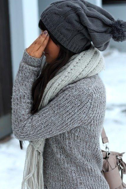 Szara czapka i szalik to świetne towarzystwo dla szarego swetra (źródło: pinterest)