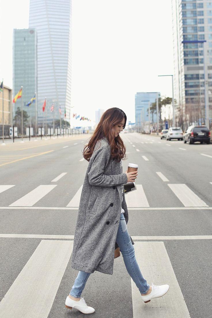 Długi szary płaszcz idealnie wpisuje się w miejski styl (źródło: pinterest)