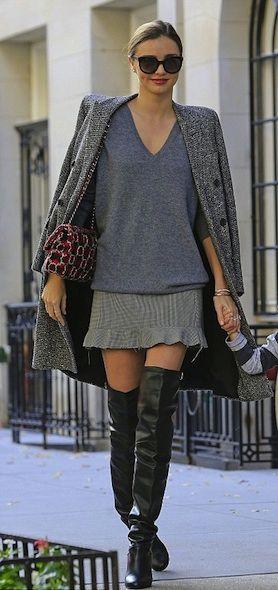 Modny look: oversizowy płaszcz, kozaki za kolano i modna spódniczka z falbanką (źródło: pinterest)