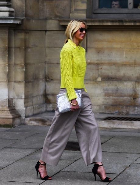 Outfit idealny: szerokie spodnie, krótki sweter i szpilki (źródło: pinterest)