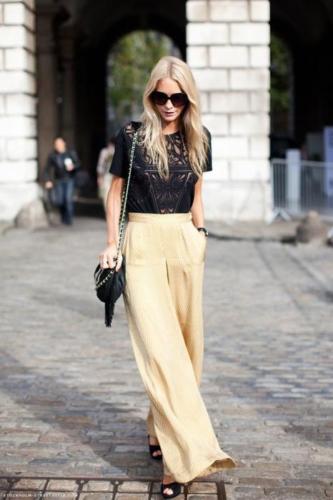 Spodnie z lejącej tkaniny będą dobrze współgrały z letnimi sandałkami (źródło: pinterest)