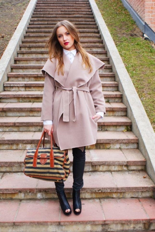 Wełniany płaszcz wiązany w talii (źródło: mybaze.com)