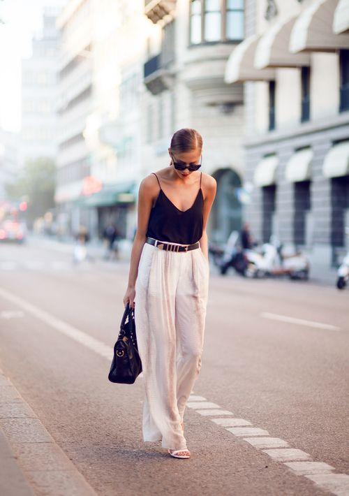 Spodnie z lejącego materiału w połączeniu z topem na cienkich ramiączkach to idealna propozycja na ciepłe dni (źródło: pinterest)