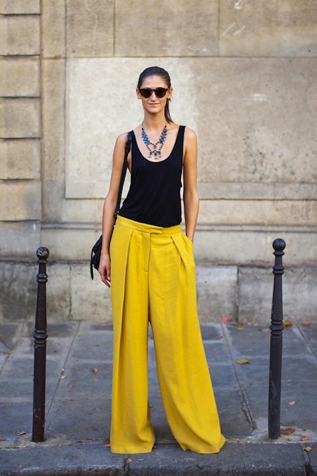 Idealnie letni look - czarny top i szerokie spodnie w soczystym odcieniu żółci (źródło: pinterest)