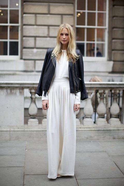 Białe szerokie spodnie doskonale współgrają z czarną ramoneską (źródło: pinterest)
