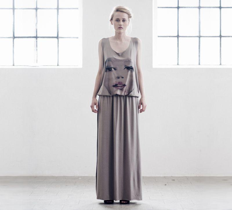 Długa sukienka ręcznie wykonana (źródło: mybaze.com)