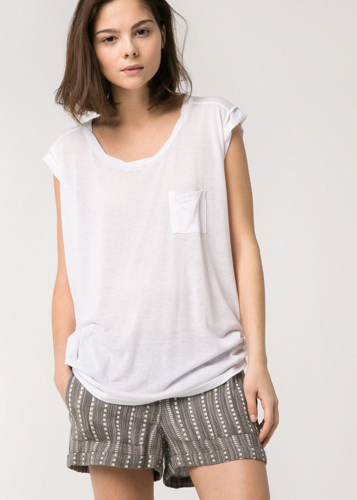 Biały T-shirt z kieszonką (źródło: shop.mango.com)