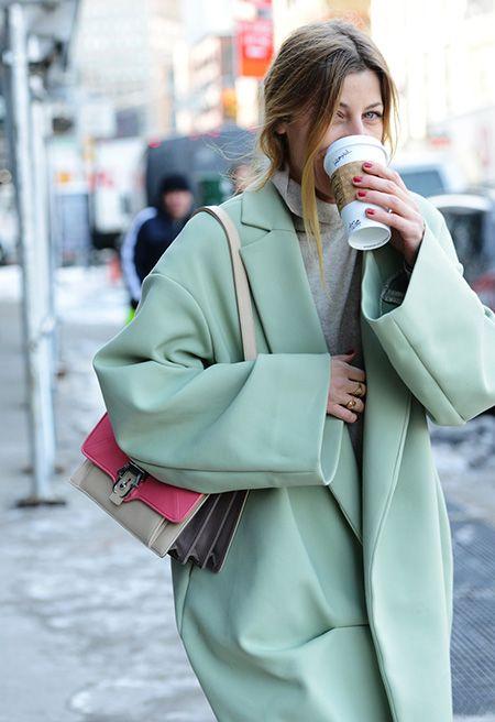 Oversizowy płaszcz w odcieniu mięty (źródło: pinterest)