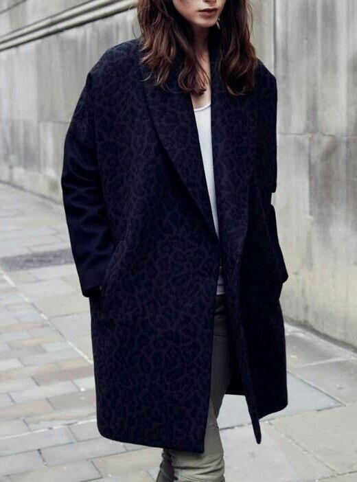 Oversizowy płaszcz w tłoczony wzór (źródło: pinterest)