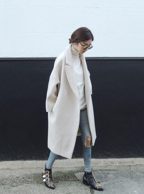 Długi oversizowy płaszcz w odcieniu jasnej śmietanki (źródło: pinterest)