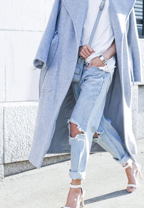Długi oversizowy płaszcz w odcieniu baby blue (źródło: pinterest)