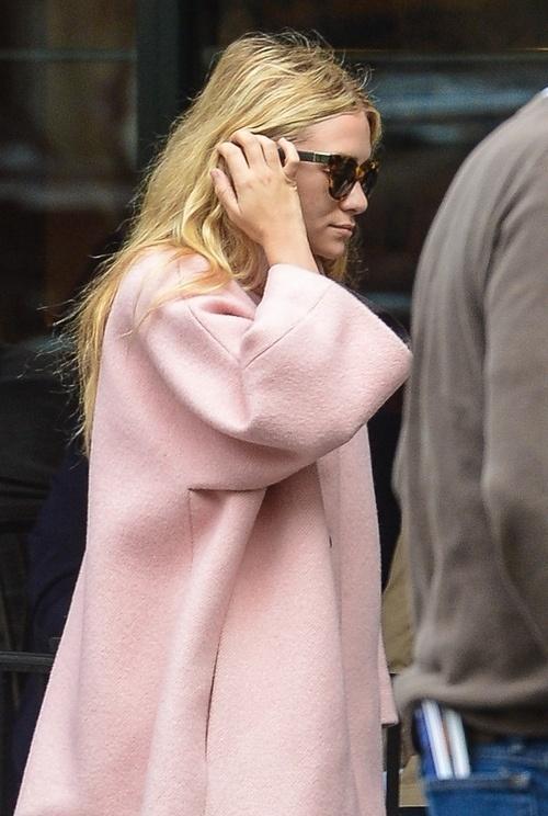 Płaszcz oversize w kolorze pudrowego różu (źródło: pinterest)