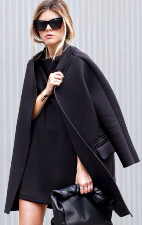 Klasyczny płaszcz oversize w kolorze czerni (źródło: pinterest)