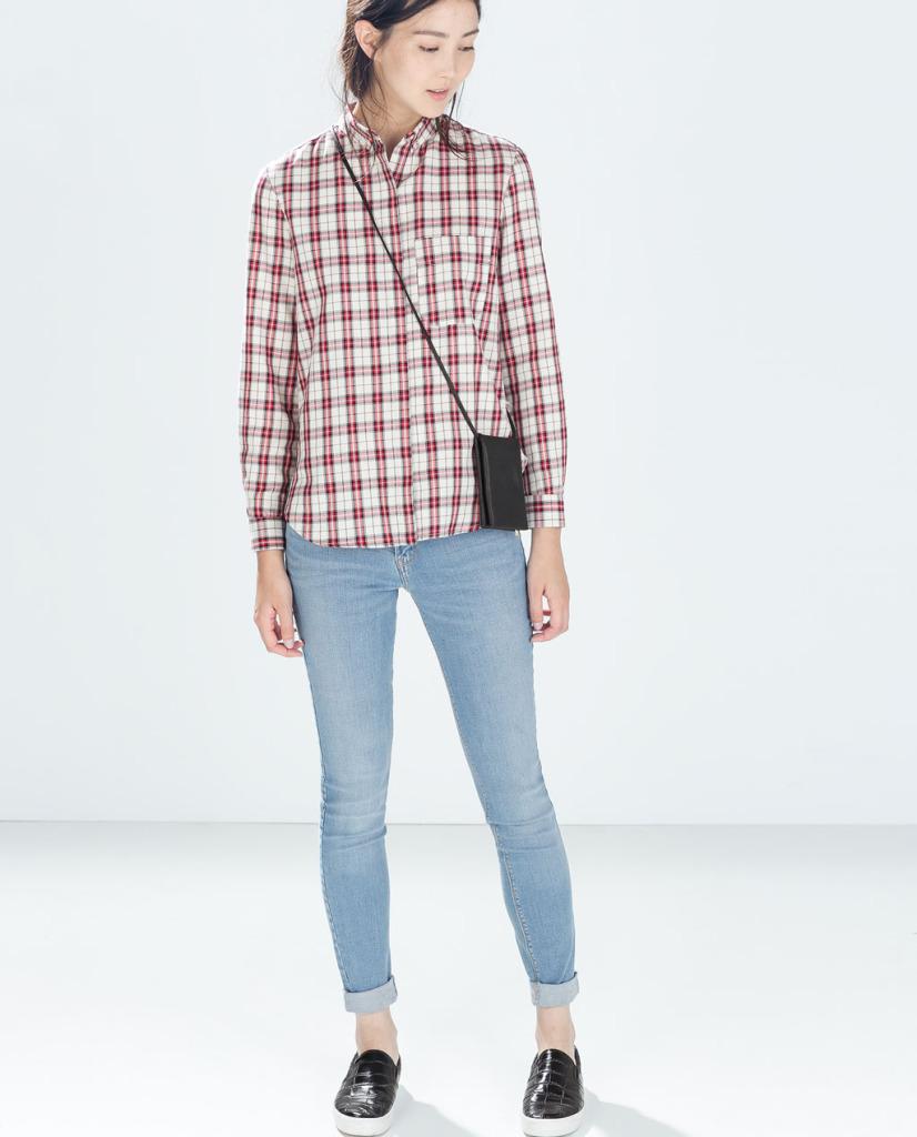 Jeansy w kolorze jasno niebieskim (źródło: zara.com)
