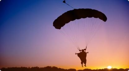 skok spadochronowy (źródło: www.katalogmarzen.pl)
